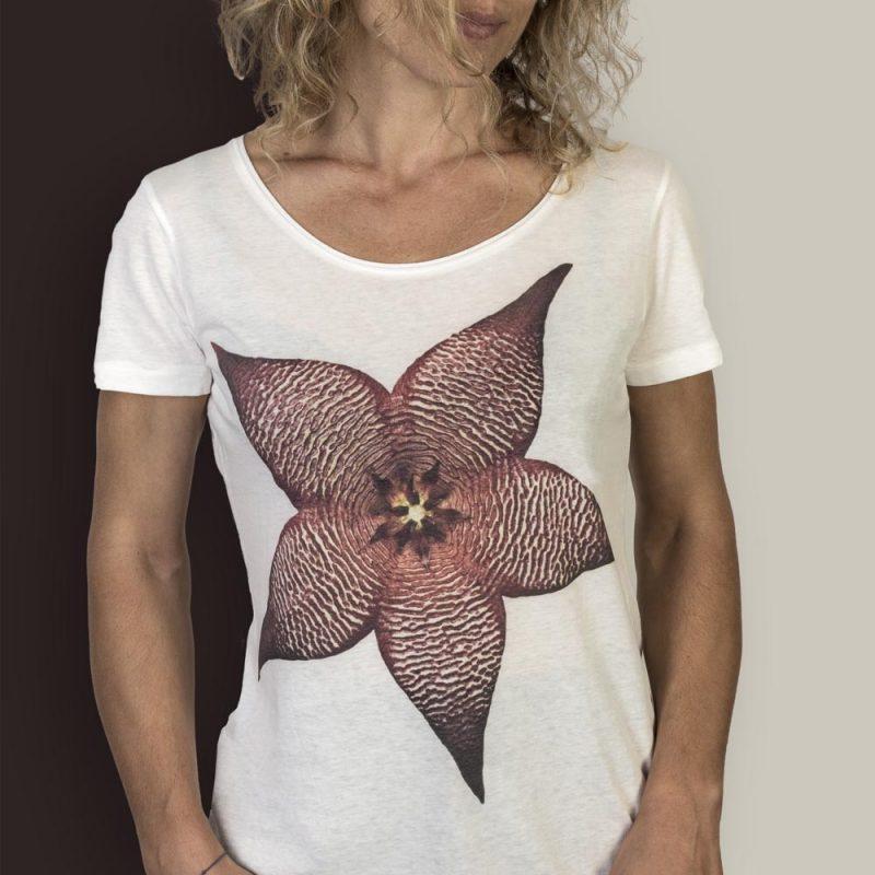 T-Shirt Stapelia white donna sagomata, con cuciture laterali. Tessuto con effetto Vintage con una piacevole resa al tatto. Realizzata in 100% cotone