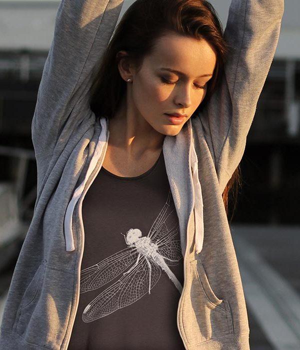 Women's Dragonfly Grey T-Shirt Women's Dragonfly t-shirt sagomata, con cuciture laterali. Bordino collo in tessuto arrotolato. Realizzata in 100% cotone OEKO-TEX