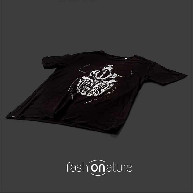 T-Shirt Golia Black uomo sagomata con lo scarabeo Golia, con cuciture laterali. Tessuto con una piacevole resa al tatto. Realizzata in 100% cotone 105 gr/m2