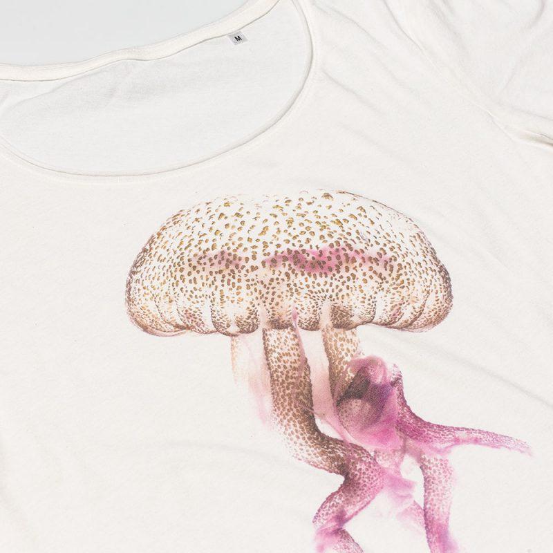 T-shirt Medusa White donna sagomata, con cuciture laterali. Tessuto con effetto Vintage con una piacevole resa al tatto. Realizzata in Jersey Organico 120 g