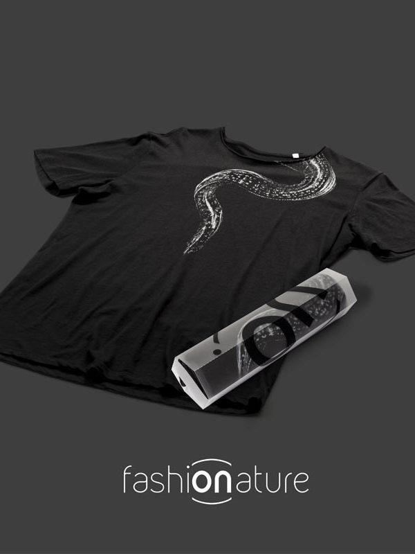Men's Moray Black T-Shirt uomo sagomata con la murena, con cuciture laterali. Tessuto con una piacevole resa al tatto. Realizzata in 100% cotone 105 gr/m2
