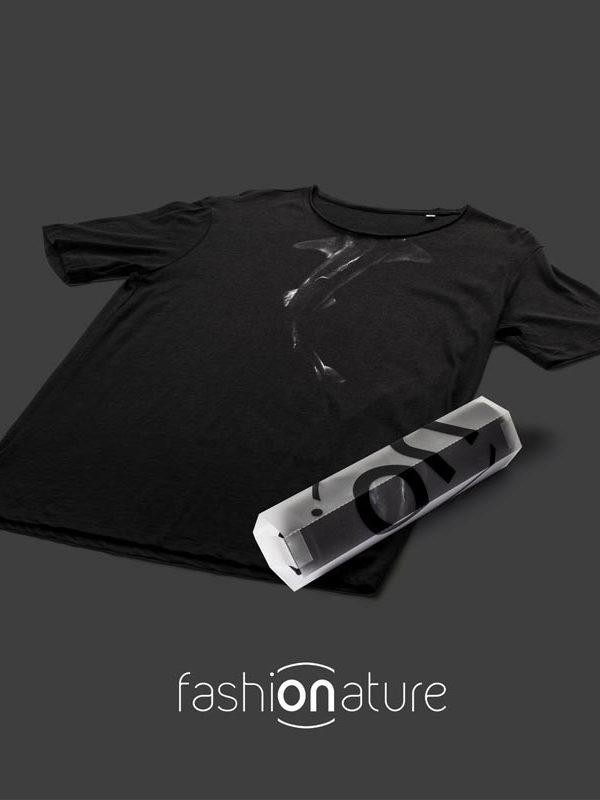 T-Shirt Shark Black uomo sagomata con lo squalo, con cuciture laterali. Tessuto con una piacevole resa al tatto. Realizzata in 100% cotone 105 gr/m2