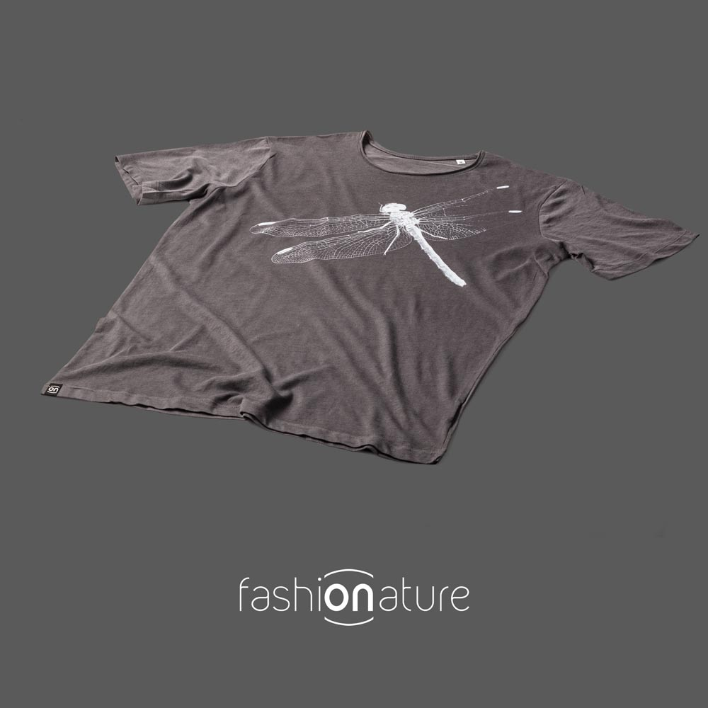 Men's Dragonfly Grey T-Shirt uomo sagomata, con cuciture laterali. Tessuto con effetto Vintage con una piacevole resa al tatto. Jersey Organico 120g
