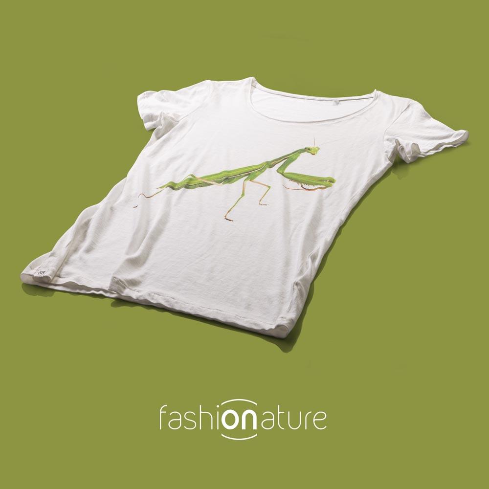 T-shirt Mantis White donna sagomata, con cuciture laterali. Tessuto con effetto Vintage con una piacevole resa al tatto. Realizzata in Jersey Organico 120 g