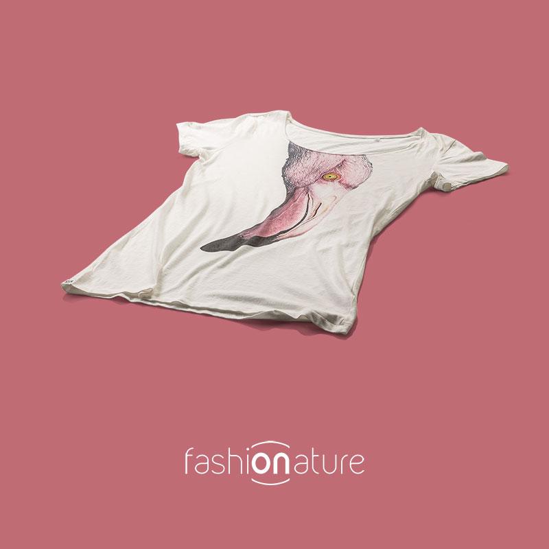 Women's Flamingo WhiteT-Shirt Modello Women's Flamingo WhiteT-Shirt donna sagomata, con cuciture laterali e scollatura ampia. Bordino collo in tessuto arrotolato. Stampa a colori ad alta definizione. Tessuto morbidissimo liscio per una piacevolissima resa al tatto. Realizzata in 100% cotone 105 gr/m2, morbido al tatto, resistente e compatto.
