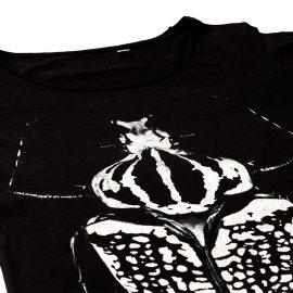 T-Shirt Golia Black donna sagomata con lo scarabeo Golia, con cuciture laterali. Tessuto con una piacevole resa al tatto. Realizzata in 100% cotone 105 gr/m2