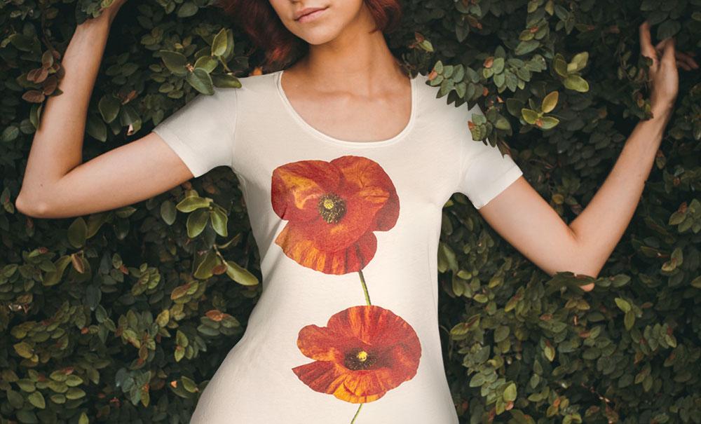 Modello Women's Papavero White T-Shirt donna sagomata, con cuciture laterali. Bordino collo in tessuto arrotolato. Stampa in bianco e a colori ad alta definizione.