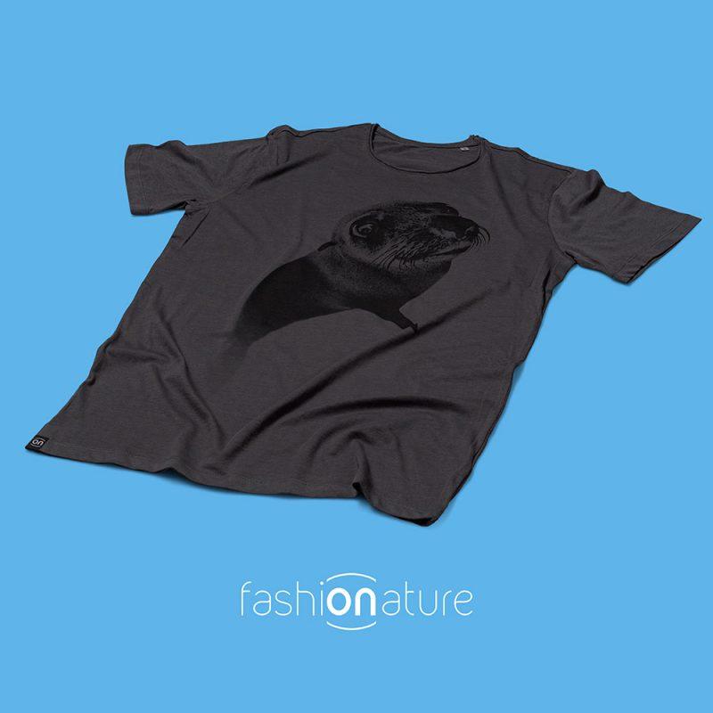 Men's Seal Grey T-Shirt uomo sagomata, con cuciture laterali. Tessuto con effetto Vintage con una piacevole resa al tatto. Jersey Organico 120g