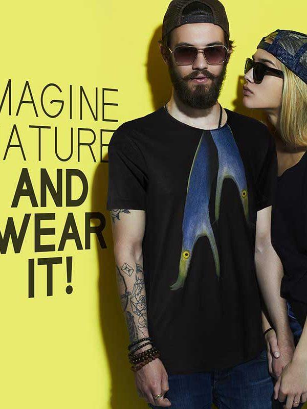 T-shirt cotone biologico uomo donna T-shirt bio Men's Ribbon-eel black T-Shirtt raffigura una bellissima Murena Nastro Azzurro, una murena tropicale fotografata dal fotografo Luca Crudeli.
