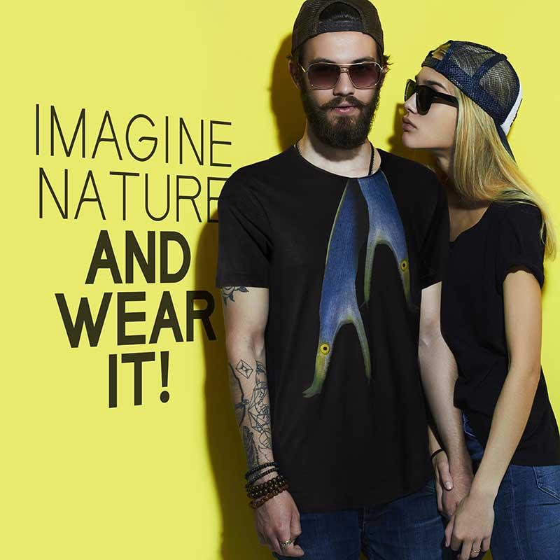 T-shirt bio Men's Ribbon-eel black T-Shirtt raffigura una bellissima Murena Nastro Azzurro, una murena tropicale fotografata dal fotografo Luca Crudeli.