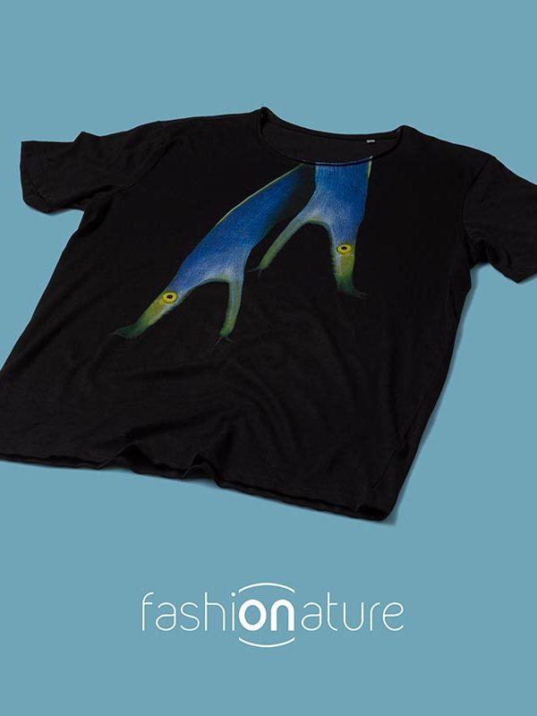 Men's Ribbon-eel black T-Shirtt raffigura una bellissima Murena Nastro Azzurro, una murena tropicale fotografata dal fotografo Luca Crudeli.