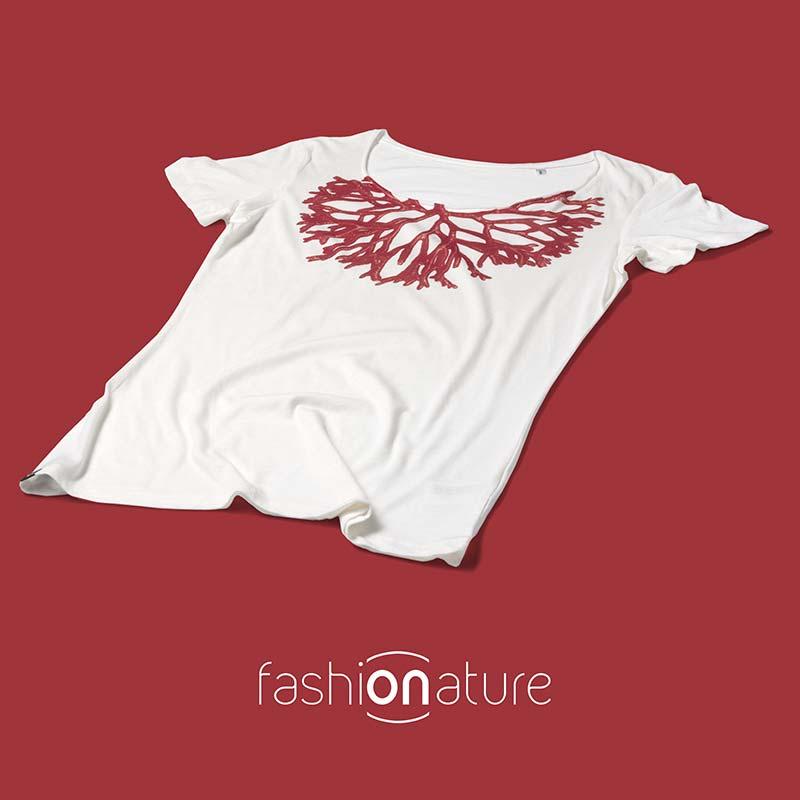 Women's corallo White T-Shirt raffigura un corallo stampato come se fosse un gioiello intorno al collo