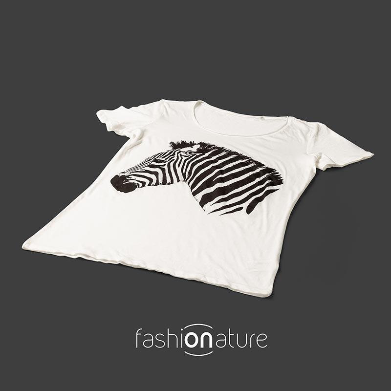 Women's Zebra white T-Shirt raffigura uno stupendo esemplare di Zebra