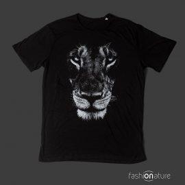 Modello Men's Lion Black T-Shirt uomo sagomata, con cuciture laterali. Bordino collo in tessuto arrotolato. Stampa in bianco ad alta definizione. Tessuto morbidissimo liscio per una piacevolissima resa al tatto.